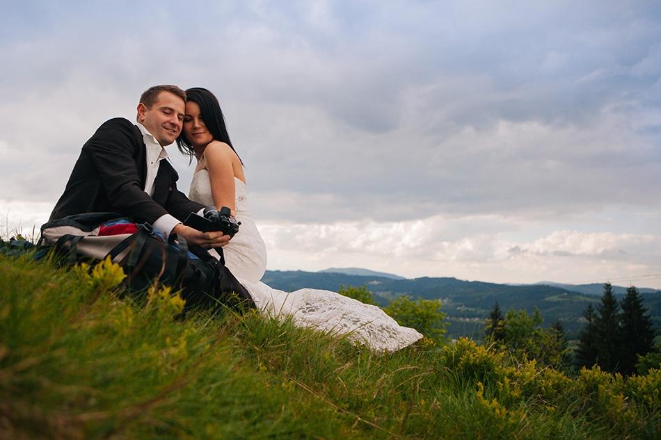 zakochani robią sobie wspólne zdjęcie na Ochodzitej w górach beskidach