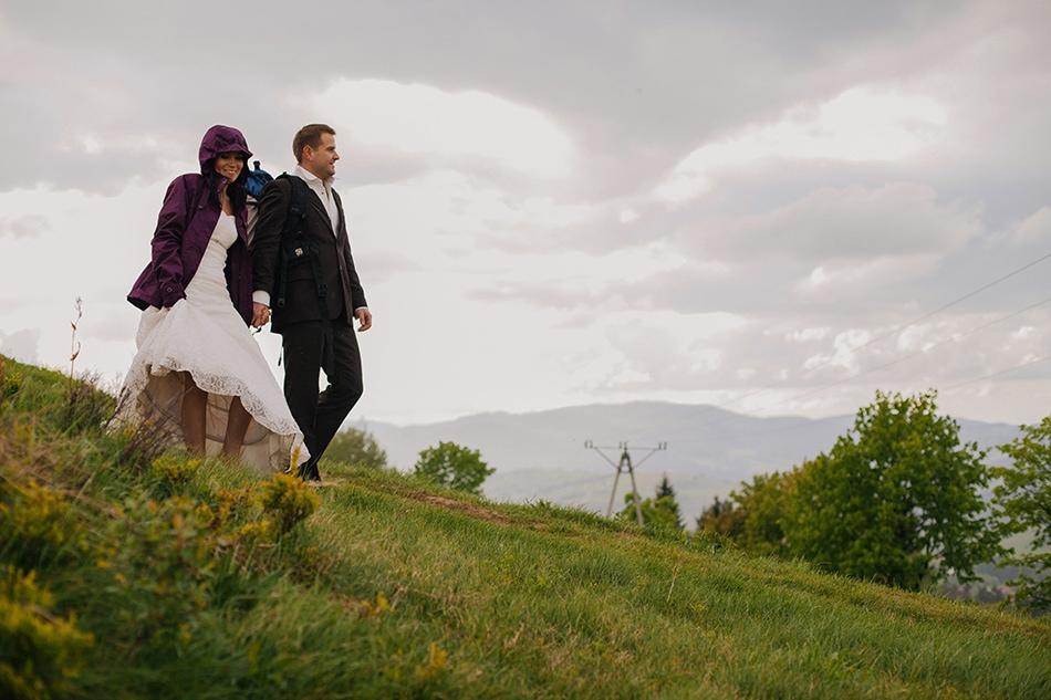 para młoda spaceruje po górach beskidzkich, ona ma założoną kurtkę przeciwdeszczową