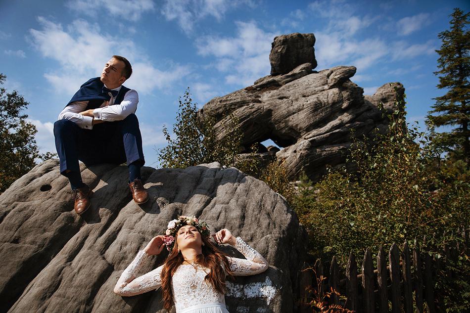 zdjęcie na szczycie Gór Stołych, Strzelińcu Wielkim- kobieta opiera się o kamień, jej twarz zwrócona jest do słońca, mężczyzna siedzi na kamieniu