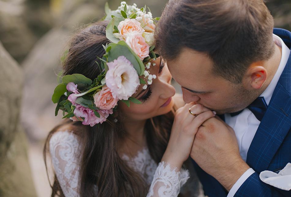 zakochana para jest bardzo blisko siebie, on całuje wybrankę w rękę