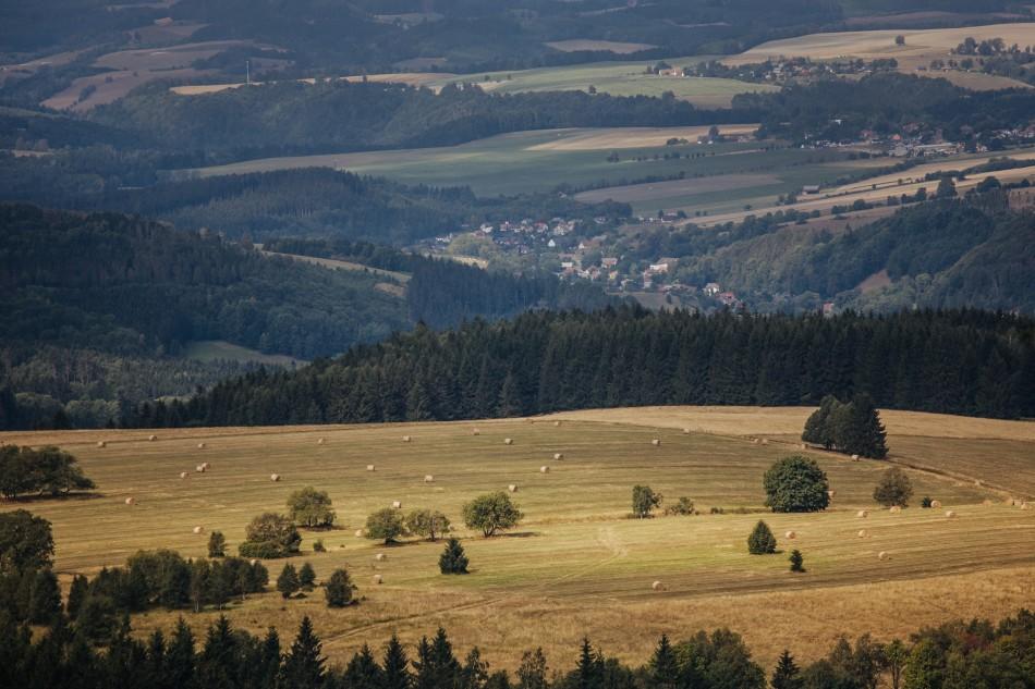 krajobraz wykonany z gór stołowych na łąki i pola uprawne oraz domy