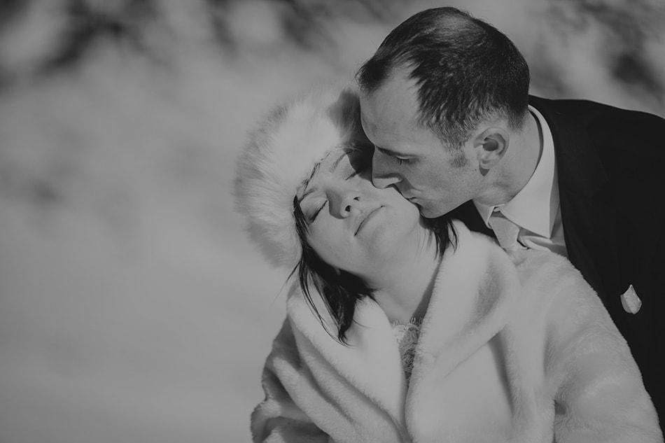 czarno biały portret Młodej Pary, Mężczyzna całuję swą żonę w policzek
