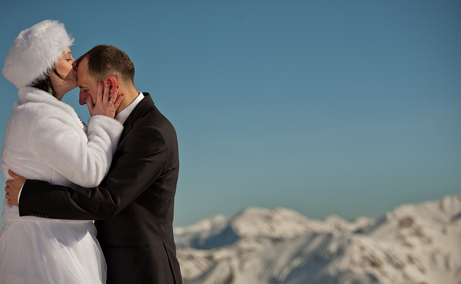 Pani Młoda całuje męża w czoło, on przyluja się do niej