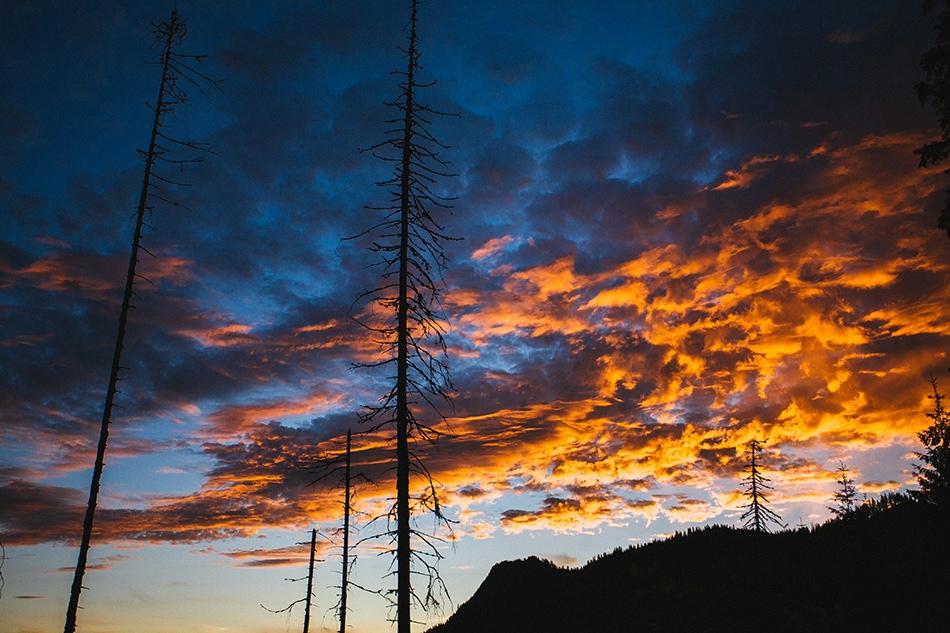 wschód słońca w tatrach, kolorowe chmury i zarys ciemnych choinek