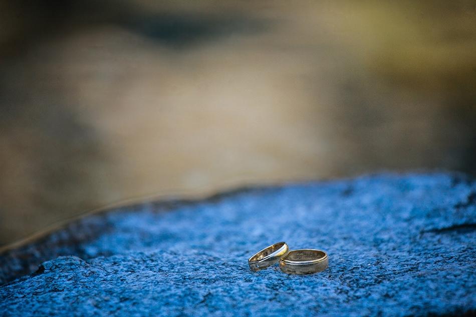 obrączki leżą na kamieniu nad Morskim Okiem