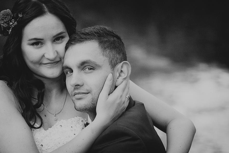 czarno- biały portet młodych nowożeńców, patrzą do obiektywu