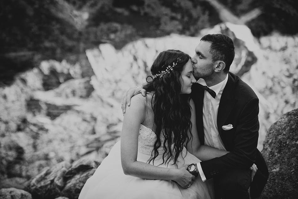 Pan Młody całuje żonę w czoło, w tle Morskie Oko