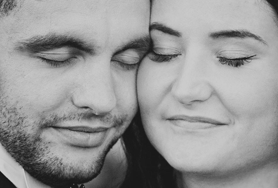 czarno białe twarze zakochanych, są uśmiechnięci
