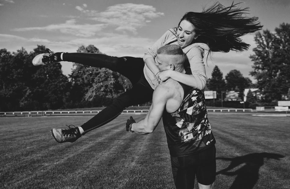 chłopak unosi dziewczyne do góry i kręci nią w kółko