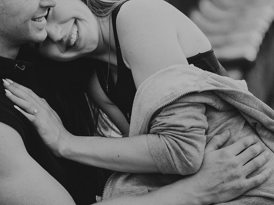 dziewczyna przytula się do chłopaka, uśmiechają się szeroko