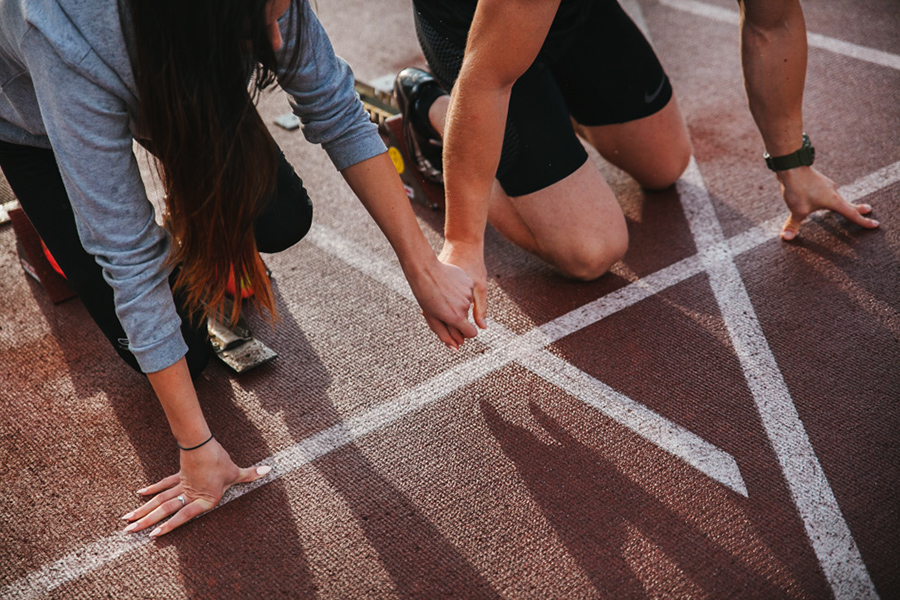 zaręczeni trzymią się za ręce i szykują do biegu na stadionie w Wapienicy