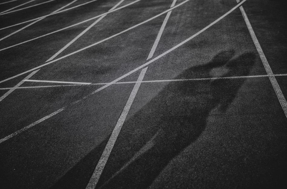 na drodze biegowej odbijają się cienie dwóch osób