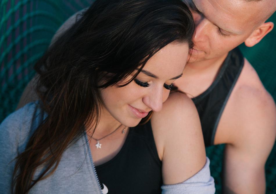 para zakochanych przyluja się do siebie, mają zamknięte oczy