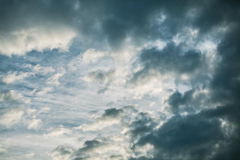 przez chmury przebijają się lekko promyki światła