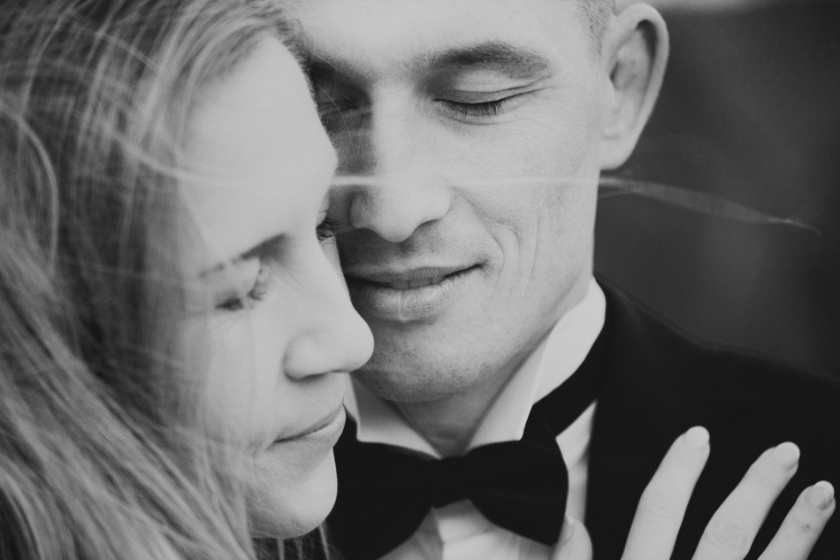 twarze zakochanych są przytulone, mają zamknięte oczy