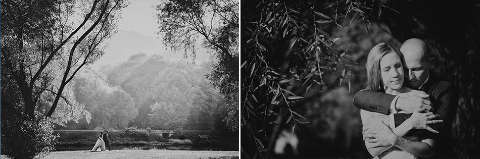 para młoda spaceruje, poczym przytula się pod drzewem