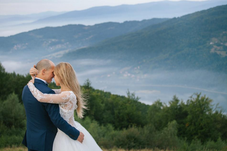 młodzi przytulają sie do siebie, w tle widać jezioro międzybrodzkie i lekką mgłę