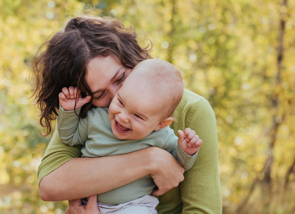 dziewczynka jest łaskotana przez mamę