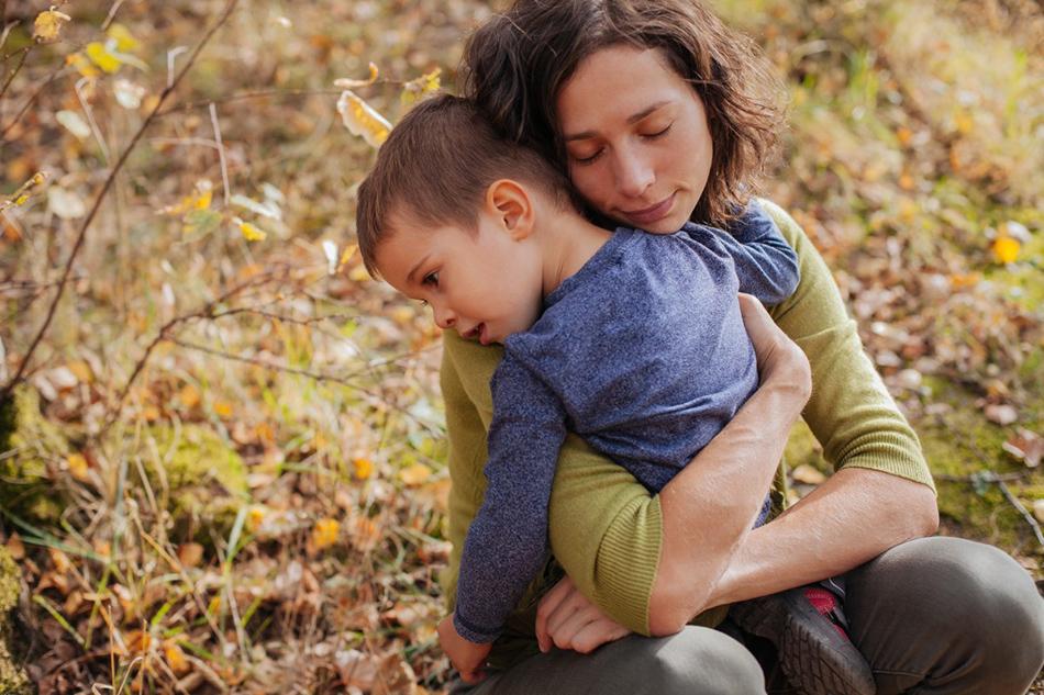 syn przytula się do mamy