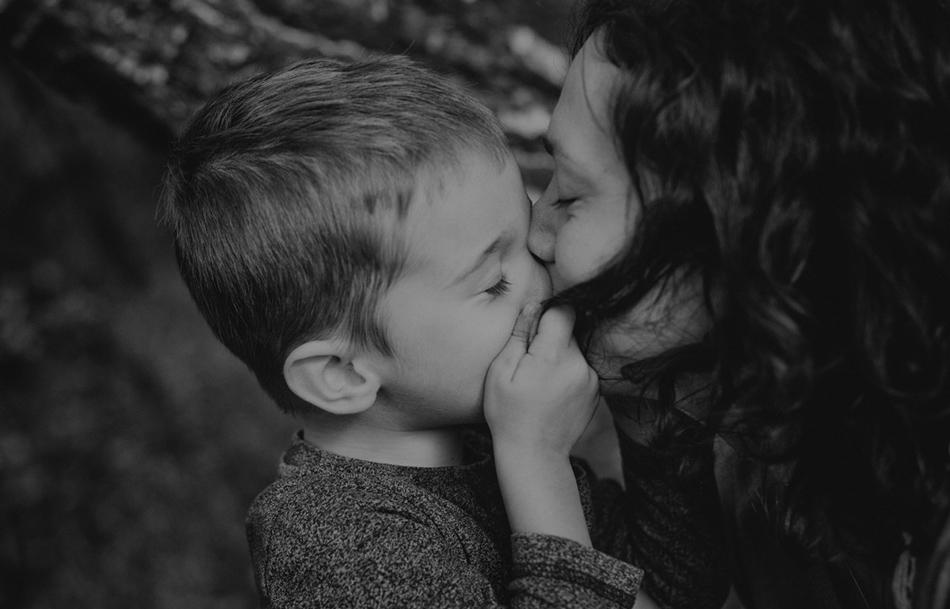 synek mocno przytula się do matki włosów, ma zamknięte oczy