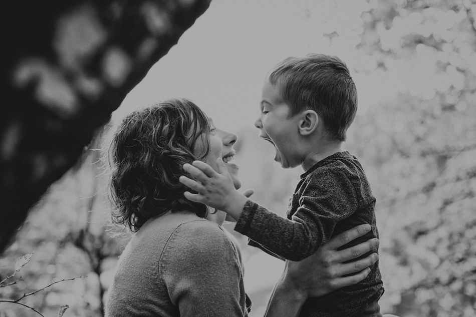 kobieta z dzieckiem bawią się i śmieją