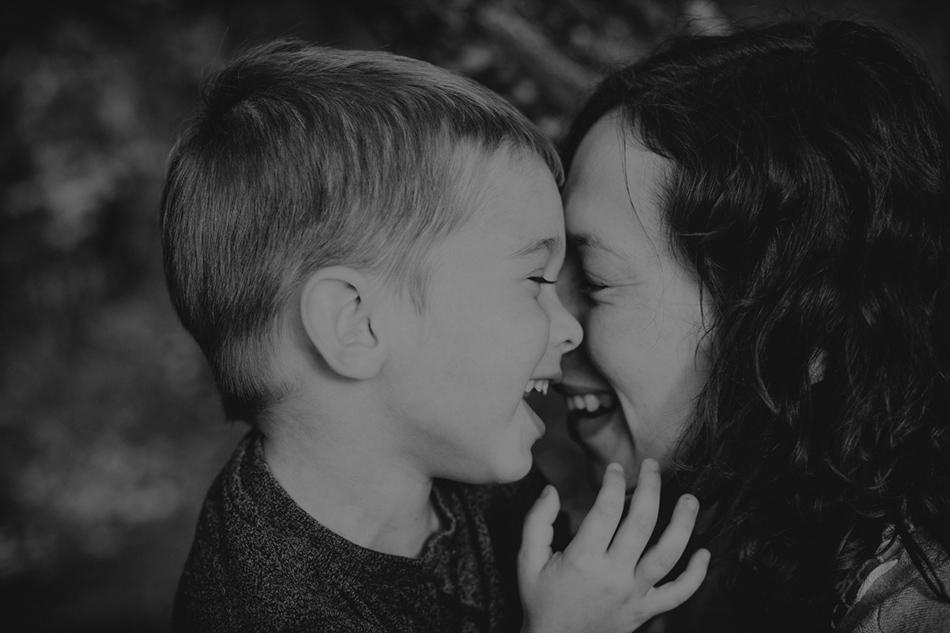 matka z synkiem- śmieją się wesoło, ich twarze są przytulone