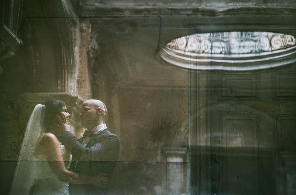 w Pałacu w Krowiarkach Para Młoda patrzy na siebie, on dotyka jej twarzy
