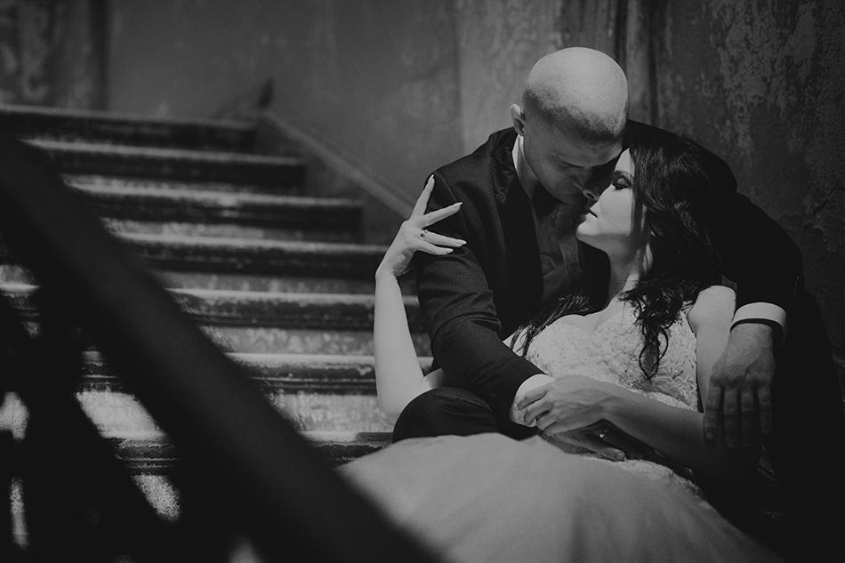 zakochani siedzą na schodach, ich twarze sa przytulone do siebie
