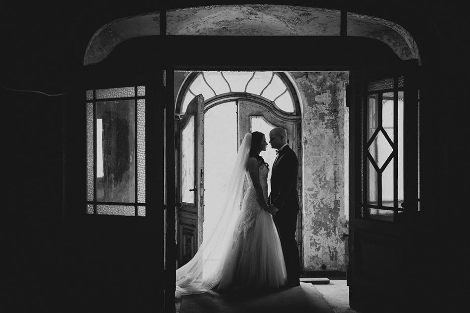para młoda trzyma się za ręce, za nimi drzwi pałacu