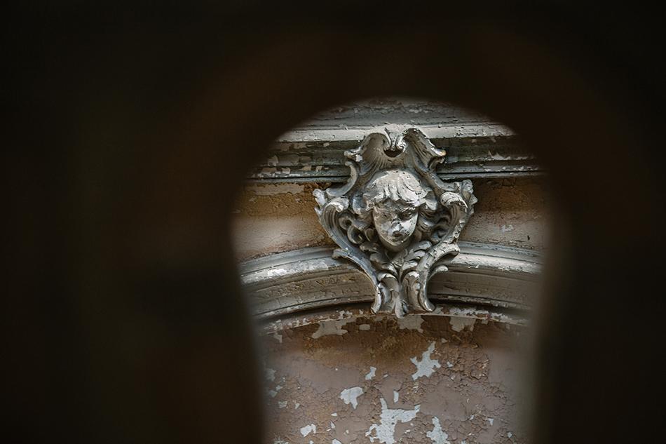 przez dzierkę od krlucza widoczna jest kawałek architektury pałacu w krowiarkach