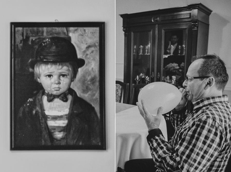 W domu Pana Młodego, jego ojciec nadmuchuje balony, obok znajduje się obraz płaczącego chłopca