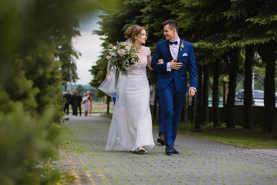 para młoda kieruje się do zakrystii w celu podpisania dokumentów ślubnych
