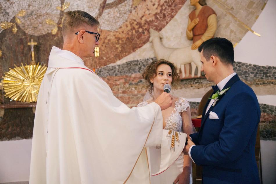 pani młoda składa przysięgę małżeńską