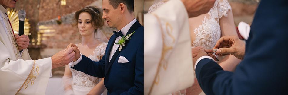 pan młody odbiera obrączkę ślubną od księdza i nakłada swojej wybrance