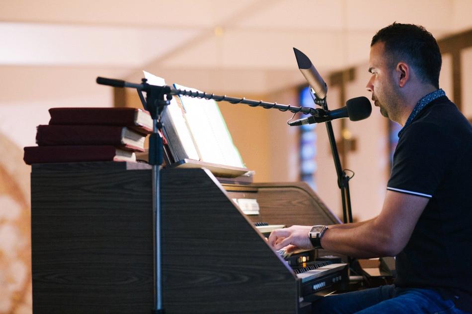 organista gra i śpiewa na chórze kościoła