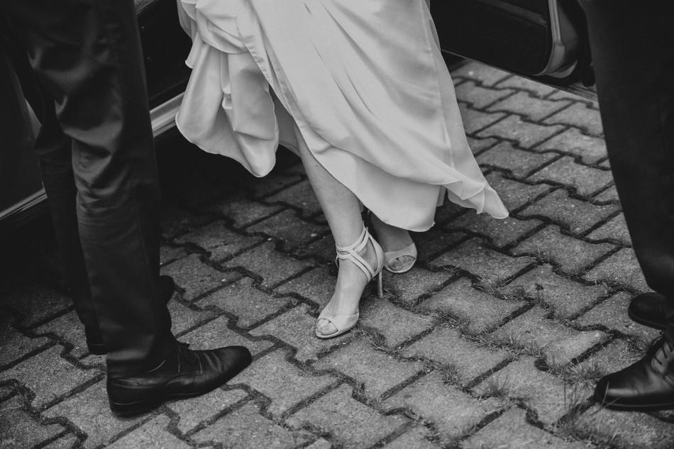 pani młoda wychodzi z samochodu, zdjęcie nóg