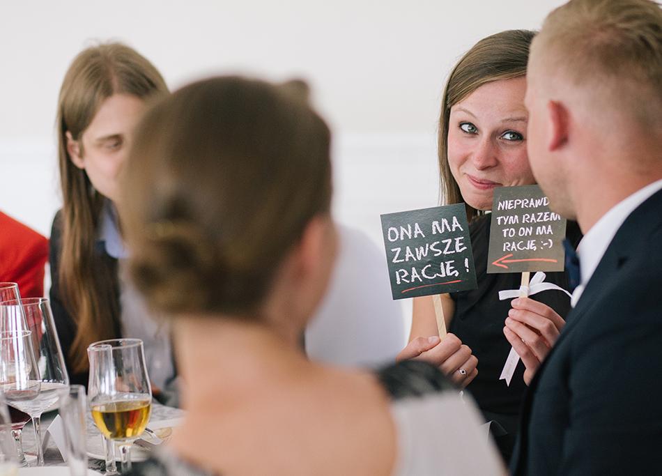 goście bawią się tabliczkami weselnymi