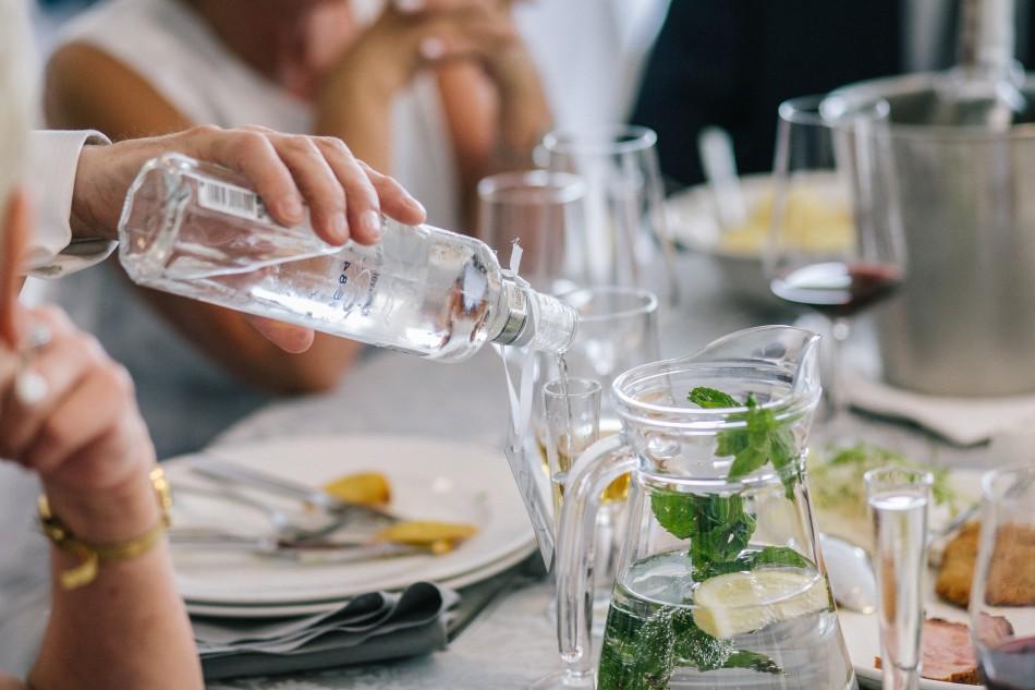 wódka nalewa się do kieliszka