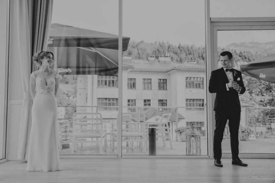 początek pierwszego tańca pary młodej, stoją w lekkim oddaleniu od siebie