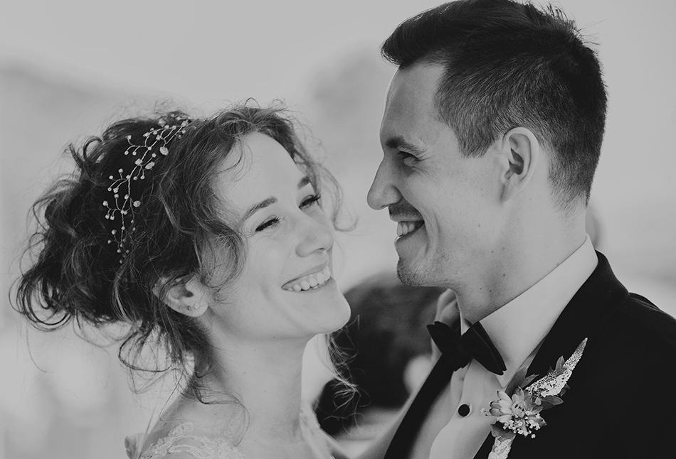 kobieta i mężczyzna uśmiechają się do siebie