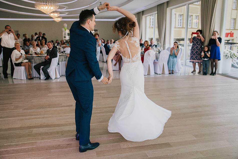 obrót w tańcu pary młodej