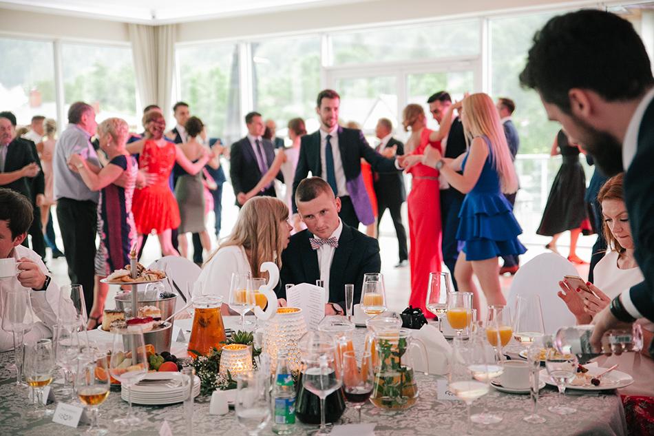 goście weselni bawią się i rozmawiają