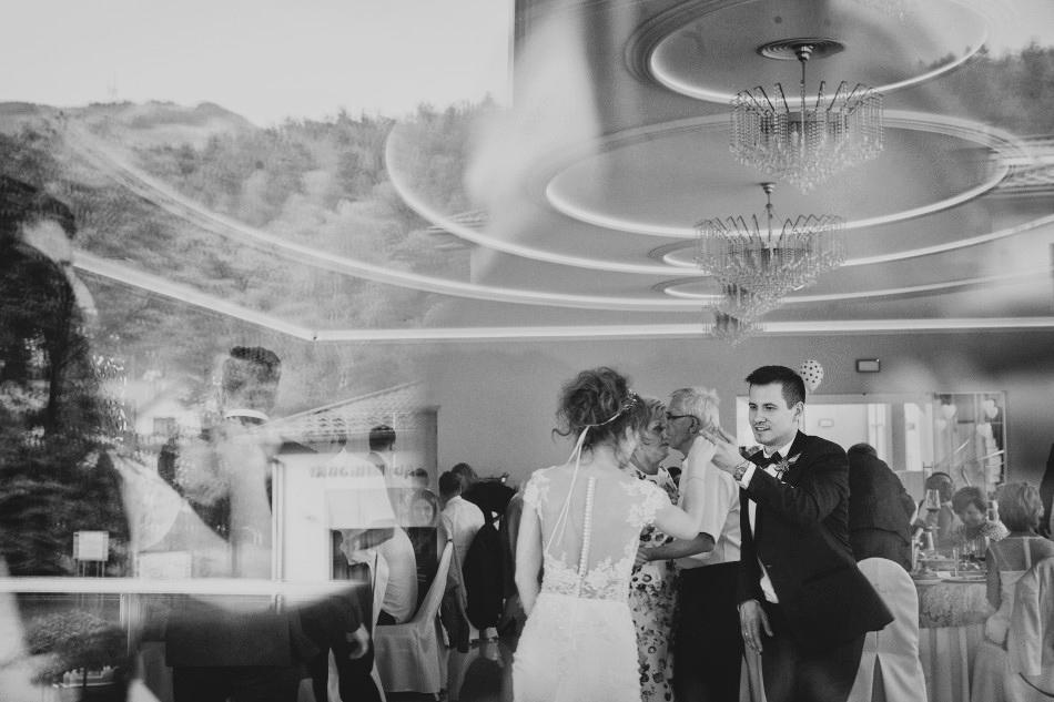 taniec pary młodej, wśród gosci