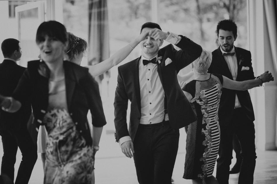 taniec pary młodej wśrod gości