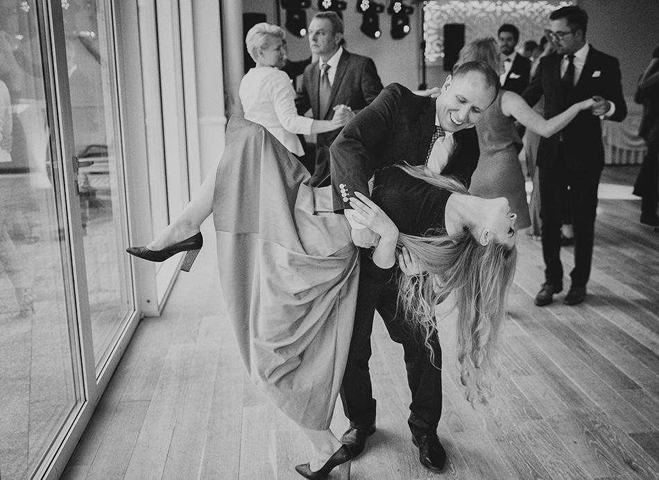 goście weselni bawią się tańcząc