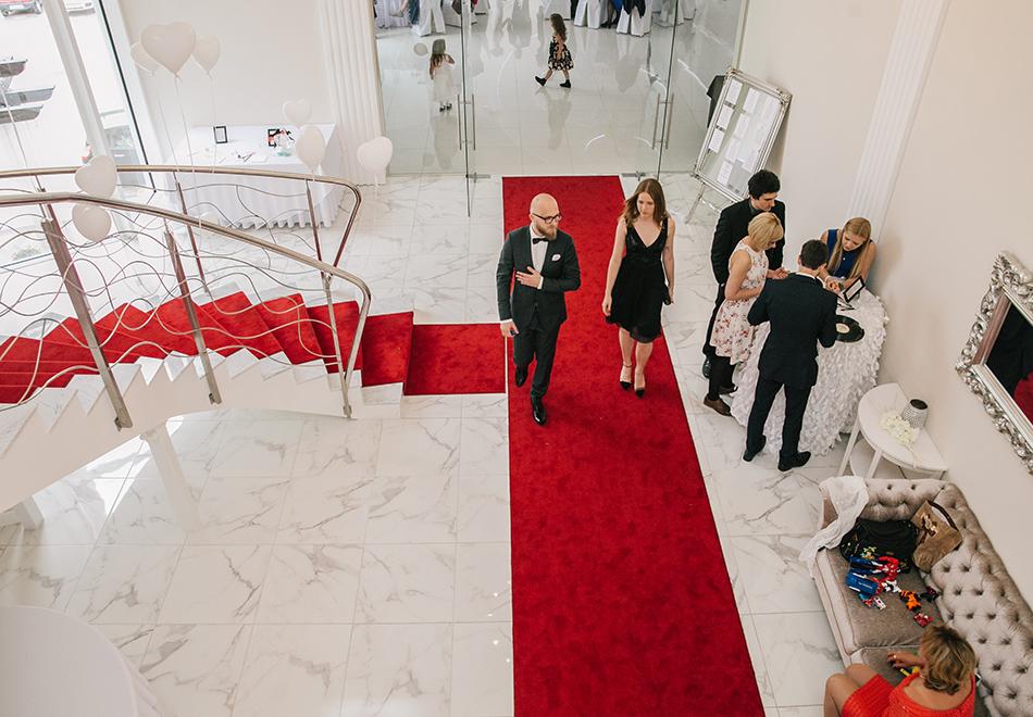 goście weselni spacerują do sali podczas przerwy w zabawie