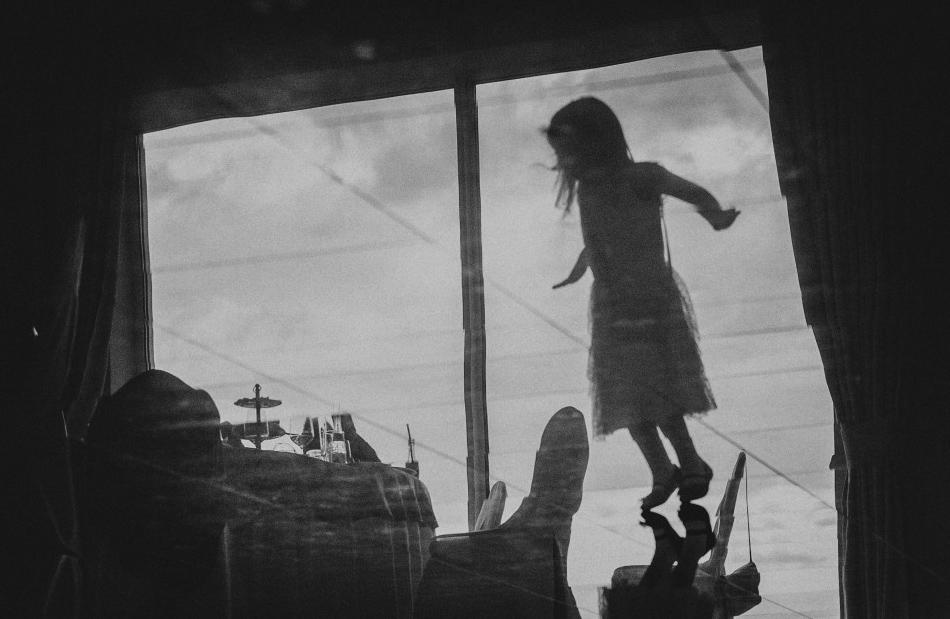 postać dziewczynki odbija się od podłogi