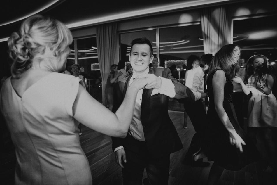 pan młody tańczy z matką