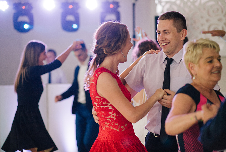 goście weselni bawią doskonale podczas tańców, śmieją się