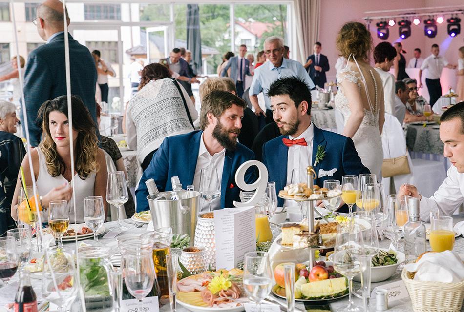 goście rozmawiają i wygłupiają się przy stolikach
